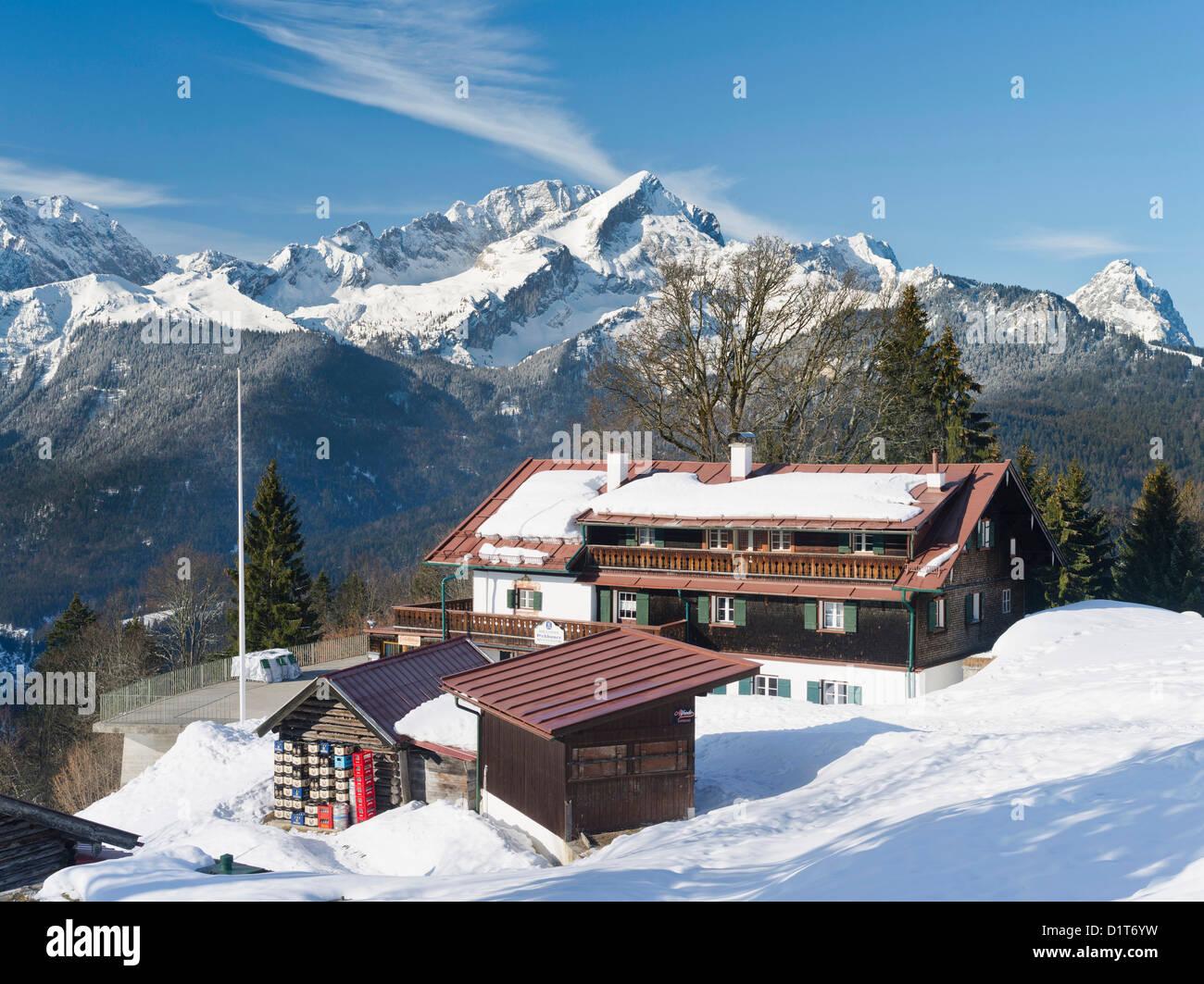 Wetterstein Gebirge im Winter. Sonnenaufgang über dem Gipfel der Alpspitze, der Mountain Inn Eckbauer. Stockbild