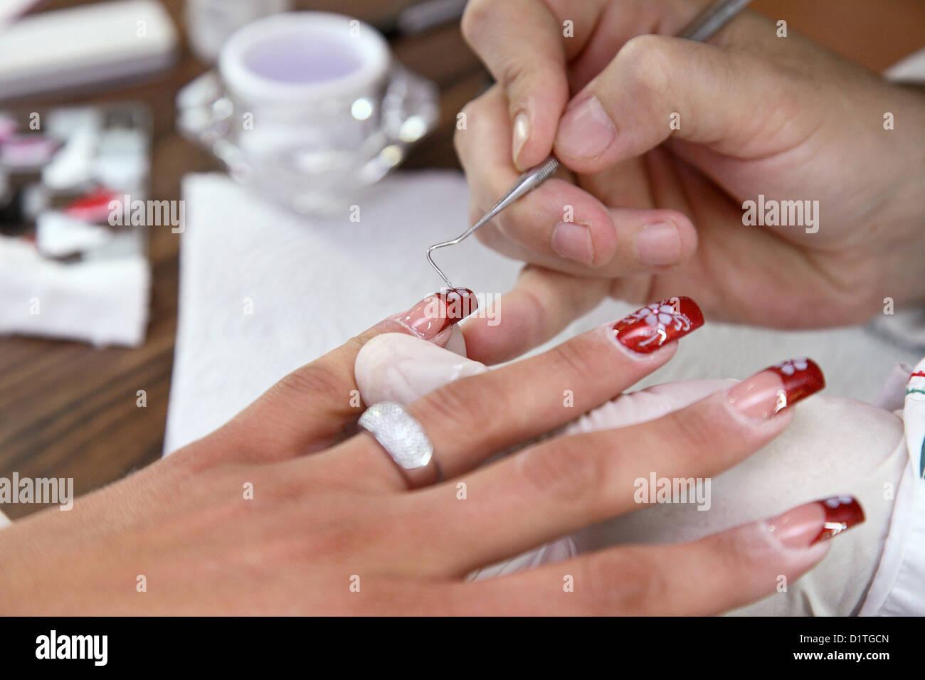 Berlin, Deutschland, verziert ein Nagel-Designer Nägel mit Glitzer ...