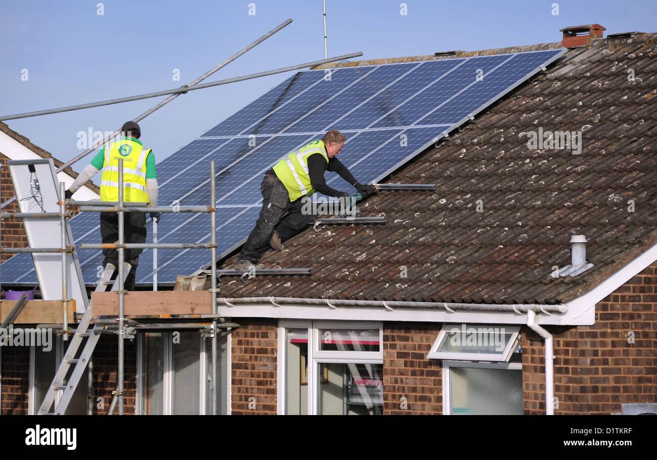 Amazing ARBEITER, DIE MONTAGE VON SONNENKOLLEKTOREN AN EINER INLÄNDISCHEN HAUS DACH  ENERGIE RECHNUNGEN KOSTEN PREISE SONNE STROM NATIONALEN STROMNETZ HEIZUNG UK