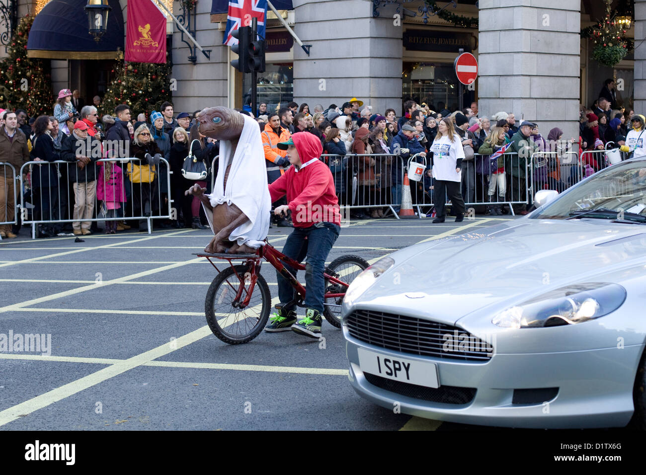 Ich Spy Aston Martin mit Elliot und ET auf eine Push-bike Stockbild