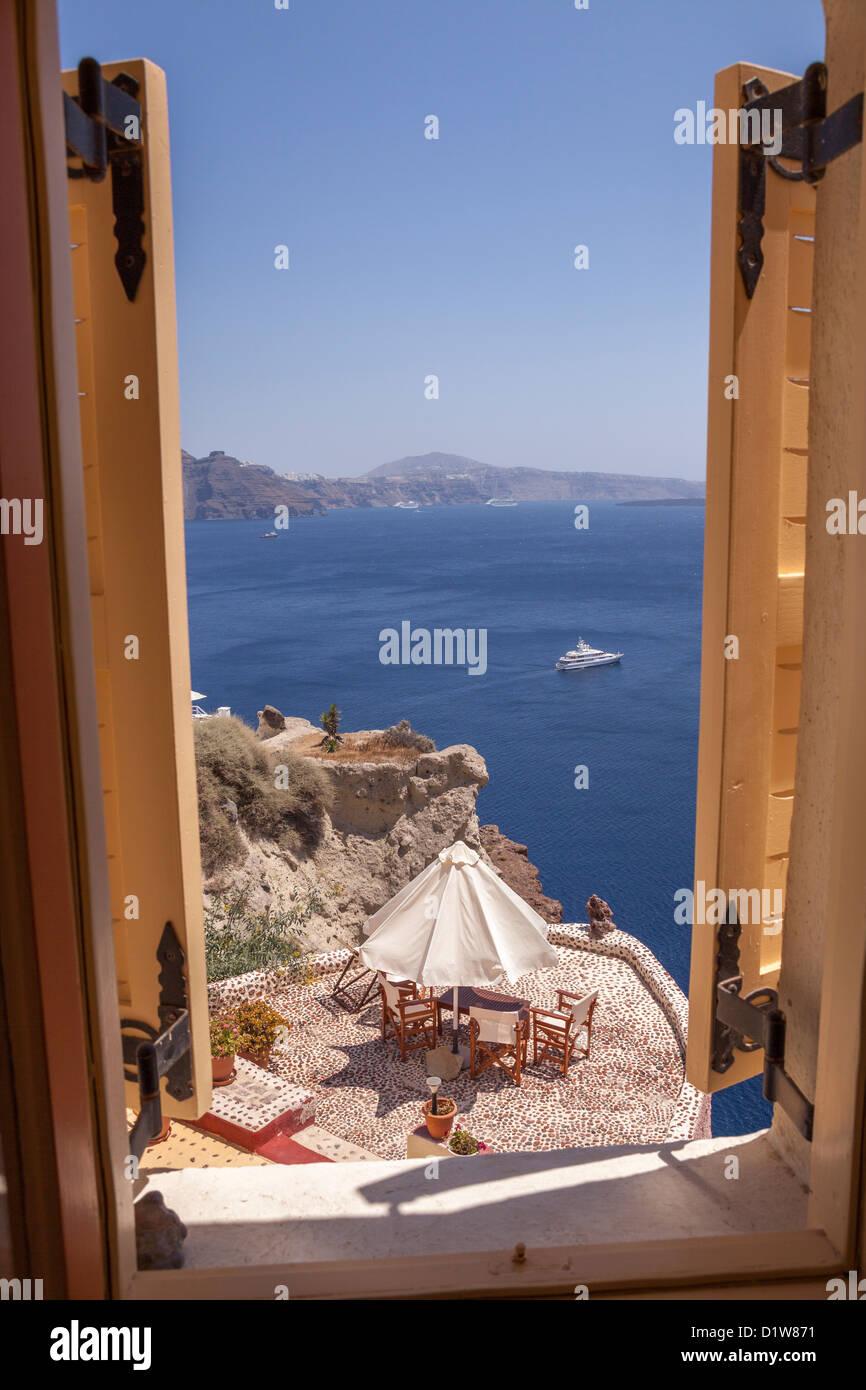 Blick aus dem fenster meer  Blick auf das Meer durch Hotel Fenster, Oia, Santorini ...