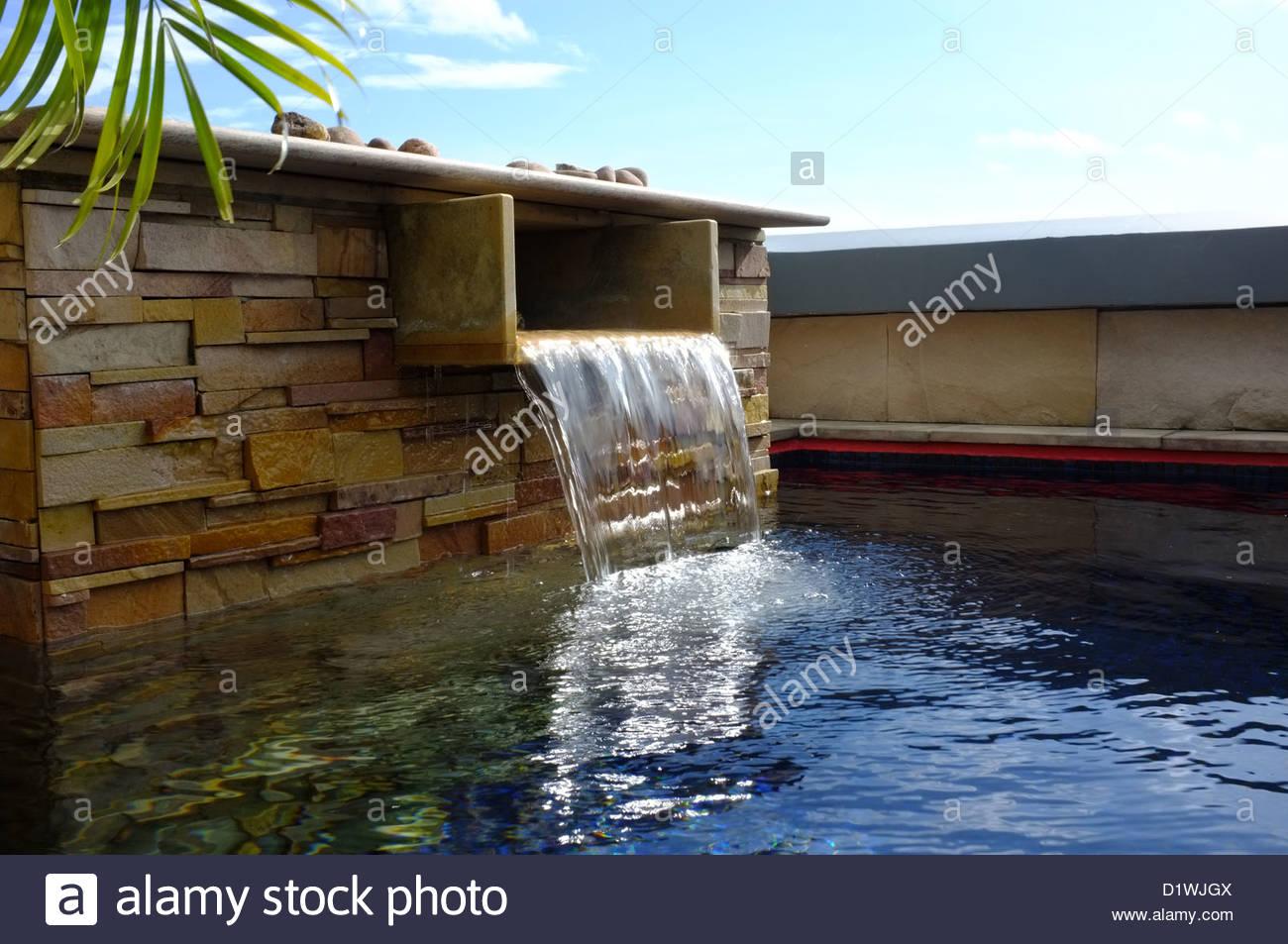 Ein Wasserspiel In Einen Pool Auf Dem Dach Von Einem  Luxus Penthouse Wohnung An Der Royal Phuket Marina Thailand