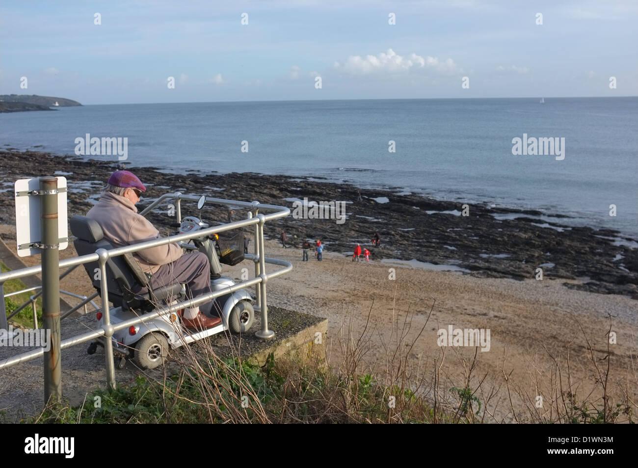 Ein Alter Rentner an der Küste von Falmouth, Cornwall, UK Stockbild