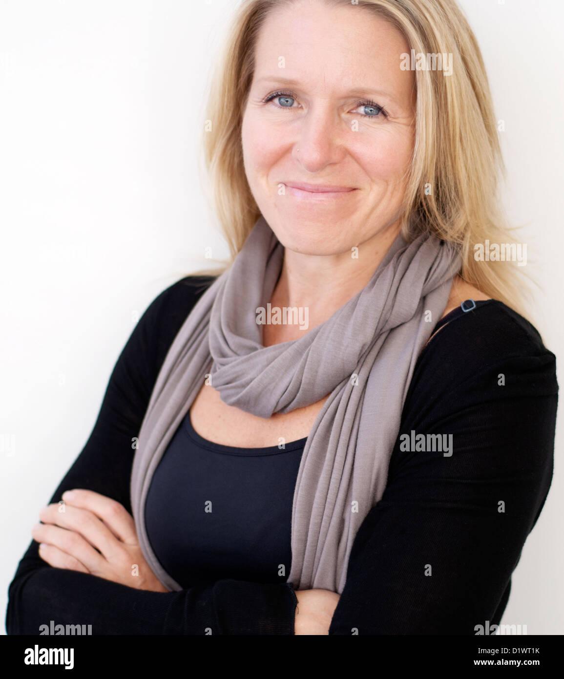 Kopf und Schultern Porträt der Geschäftsfrau in 40er Jahren Stockbild