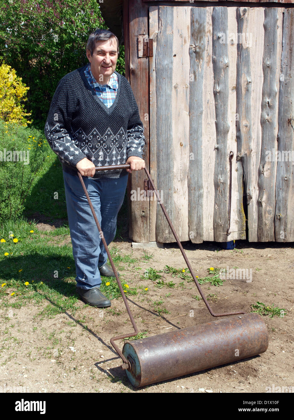 Senior Woman Roll Boden Mit Hausgemachten Metall Walze Stockbild