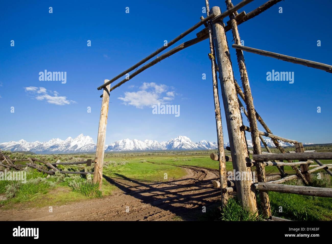 Ein altes Ranch Tor Rahmen Grand-Teton-Nationalpark, Wyoming ...