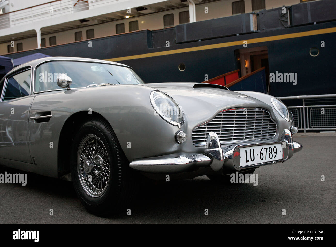 Das Original James Bond Aston Martin Db5 Sportliche Schweizer Nummer Platten Neben Der Royal Yacht Britannia Geparkt Stockfotografie Alamy