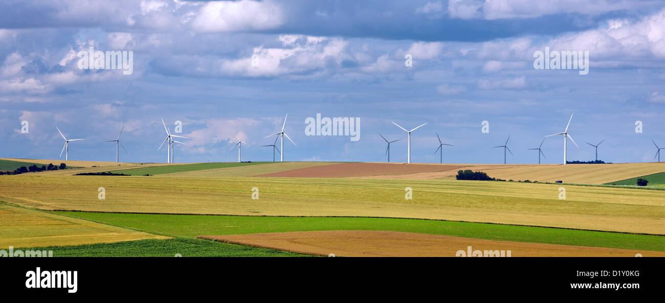 Kulturlandschaft mit Windkraftanlagen des Windparks unter Felder Stockbild