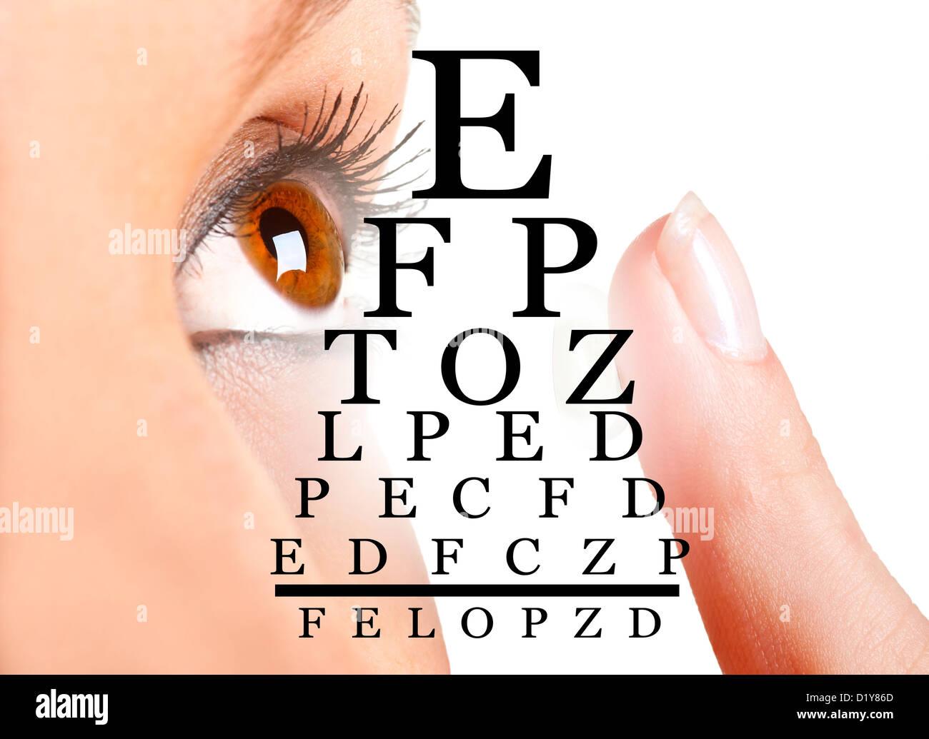 Nahaufnahme einer Frau einsetzen einer Kontaktlinse im Auge Stockbild