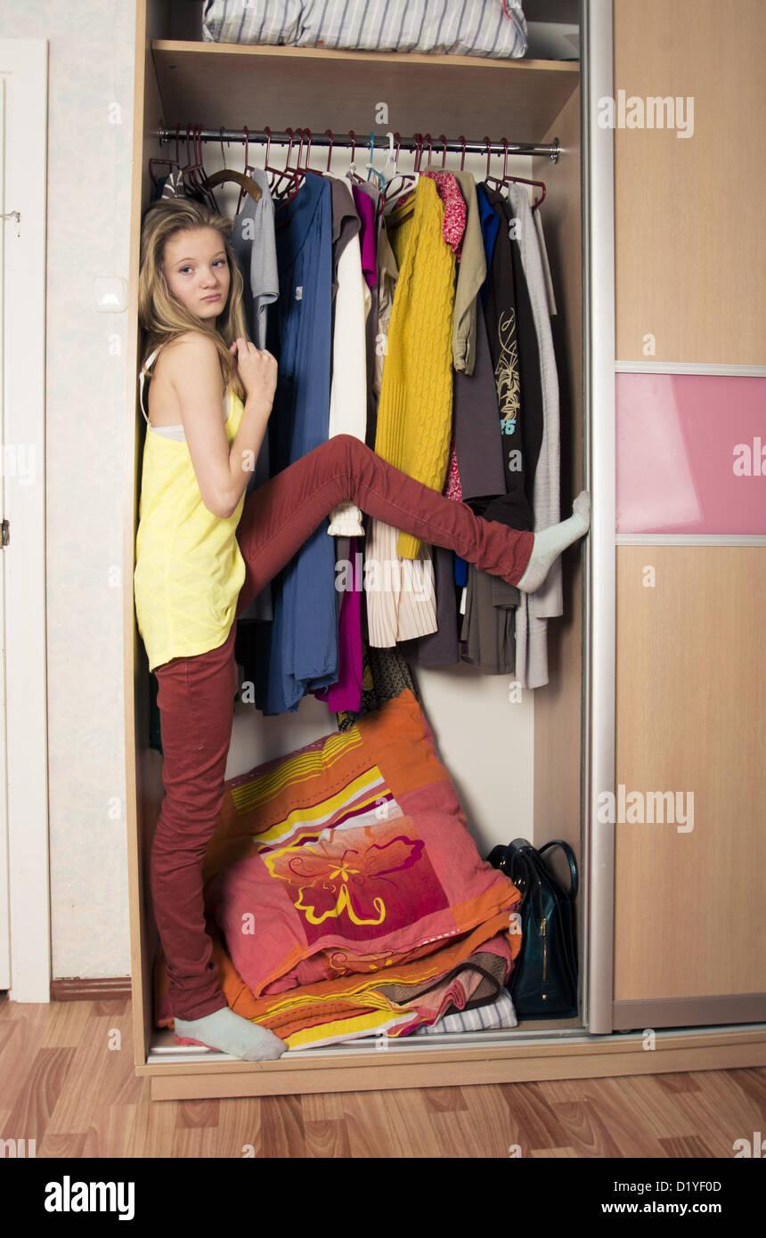 Teenager Madchen Im Kleiderschrank Zu Hause Stockfotografie Alamy