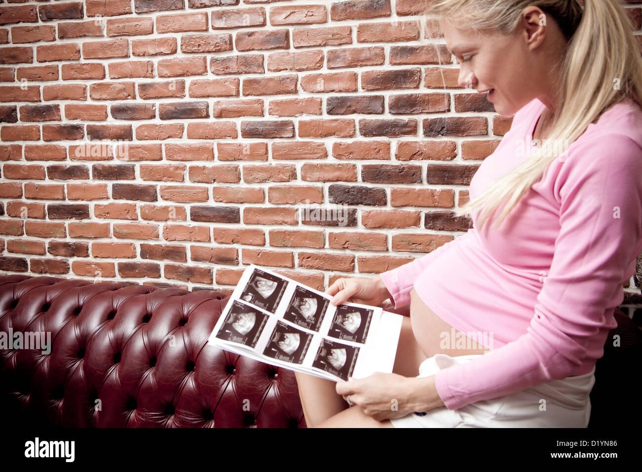 Schwangere Frau mit morphologischen scan Stockbild