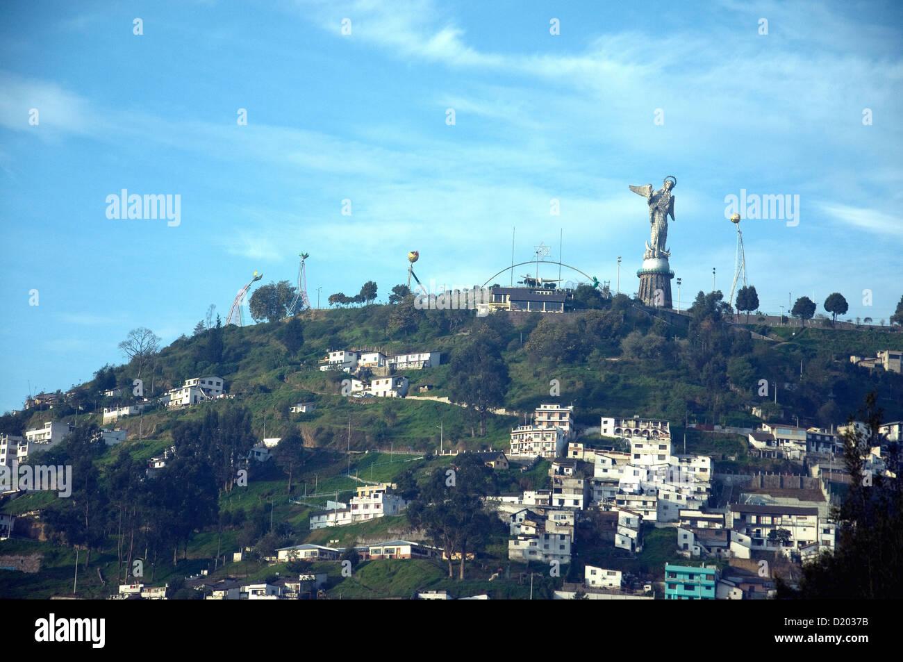 La Virgen del Panecillo, eine geflügelte Jungfrau oder Madonna-Figur sitzt auf einem Hügel am Rande der Quiito Ecuadors Stockfoto