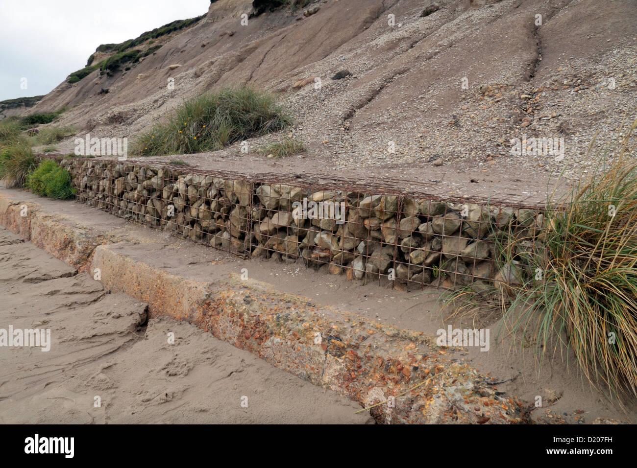 Eine Reihe von Gabionen Drahtkörbe Netz enthaltenen Steinen am Fuße ...