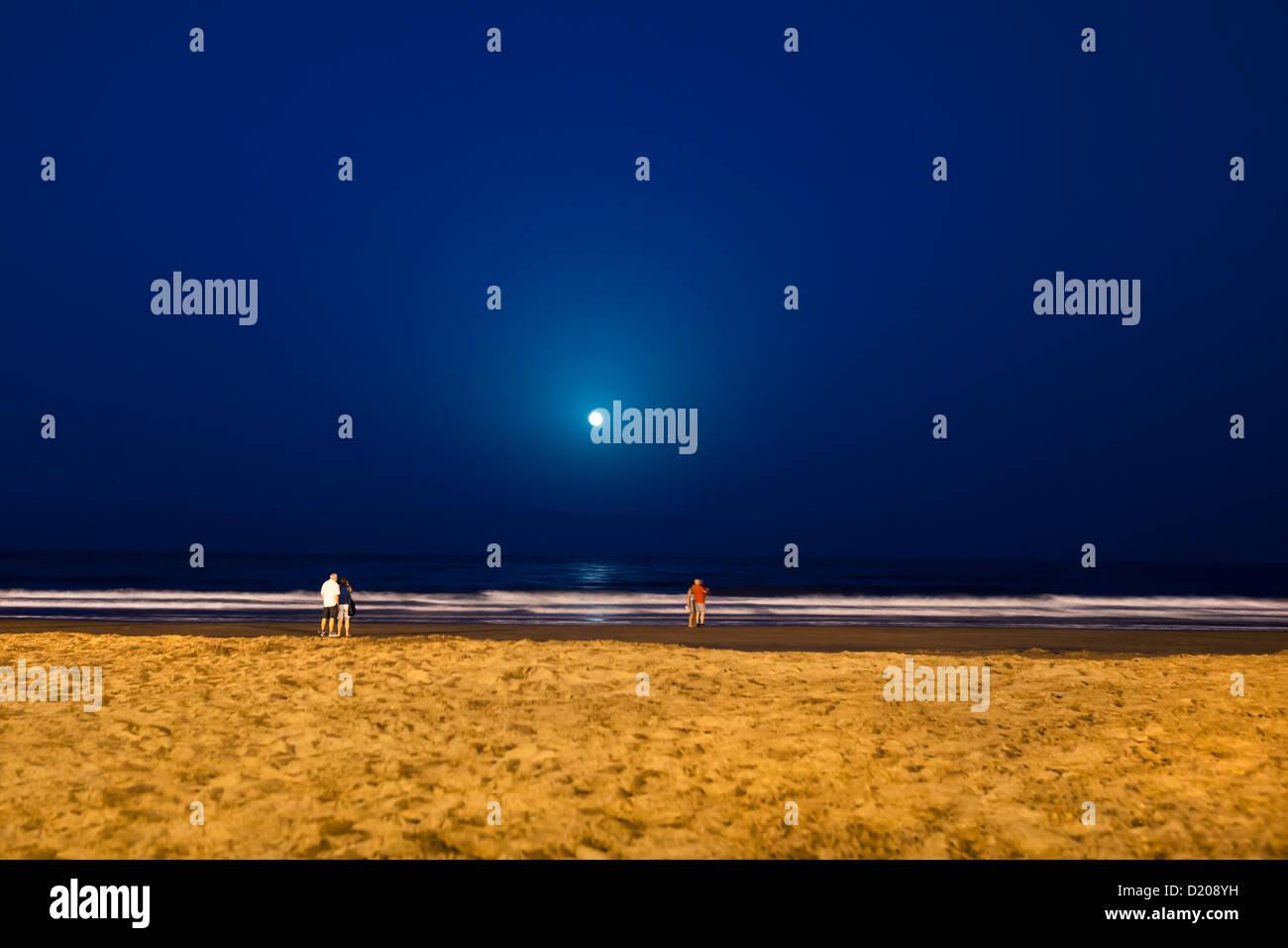 Vollmond über Strand, der Playa del Ingles, Gran Canaria, Kanarische Inseln, Spanien Stockbild