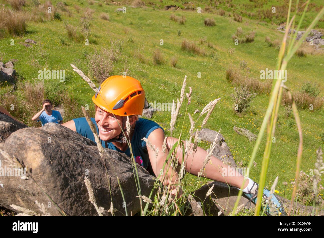 Kletterausrüstung In Der Nähe : Frauen klettern mit sicherheits ausrüstung in der nähe von raglan