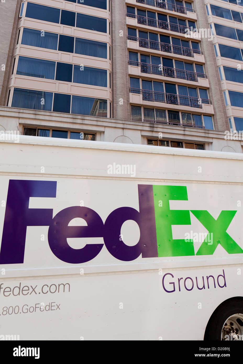 FedEx Ground Lieferwagen vor Büroturm Stockbild