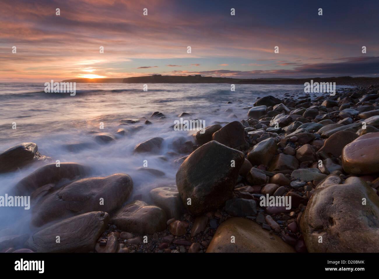 Dingieshowe Felsenstrand und Orkney-Inseln Stockbild