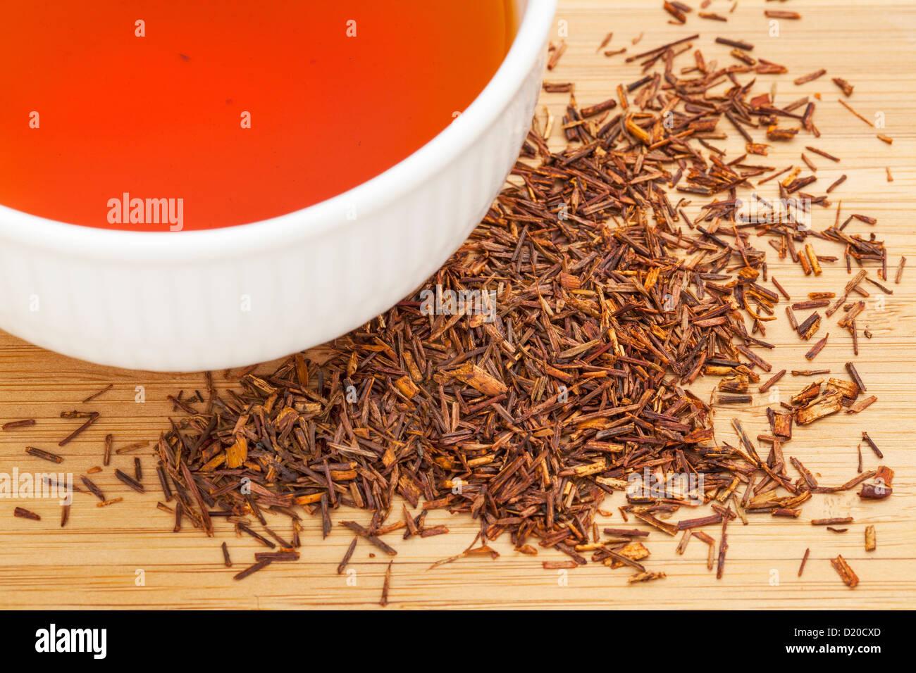 Rooibos Roter Tee Blatter Eine Weisse Tasse Trinken Und Lose Auf