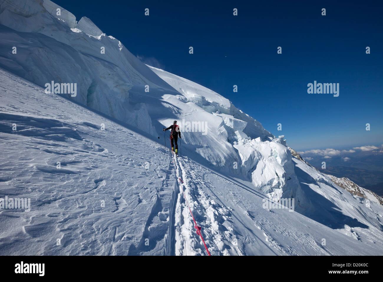 Skibergsteiger unten eine Eisbruch, Mont Blanc du Tacul, Chamonix Mont-Blanc, Frankreich Stockbild