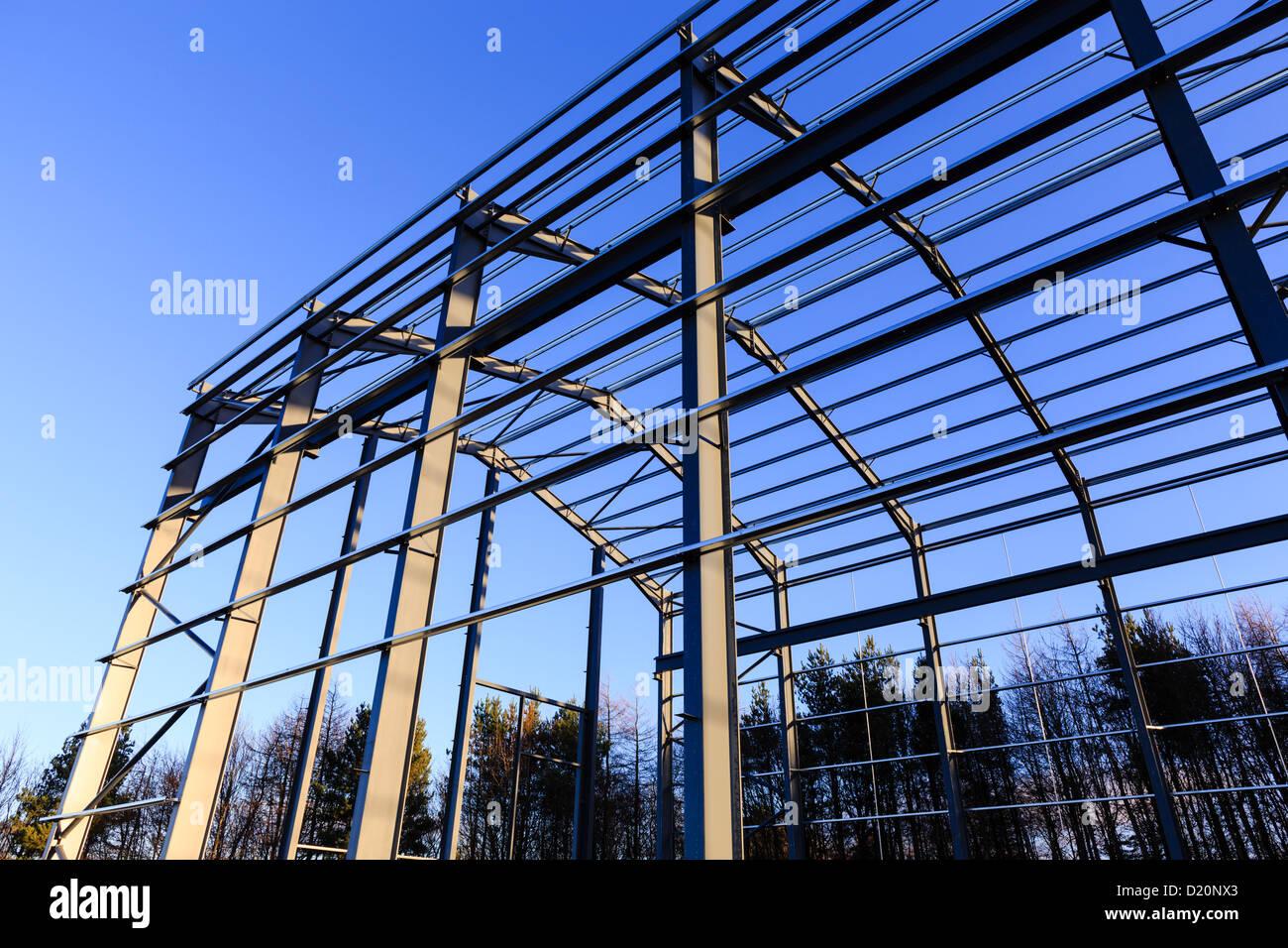 Stahlrahmen industrielle Gebäude während der Bauphase und vor der ...