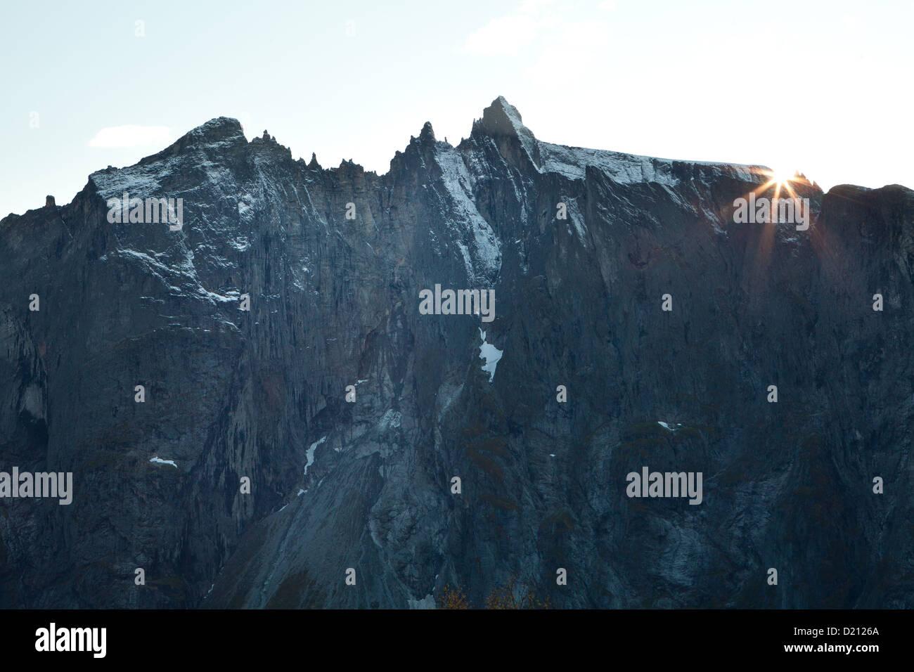 Troll Wand und letzte Sonnenlicht im Tal Romsdalen, Rauma Kommune Møre Og Romsdal, Norwegen. Stockbild