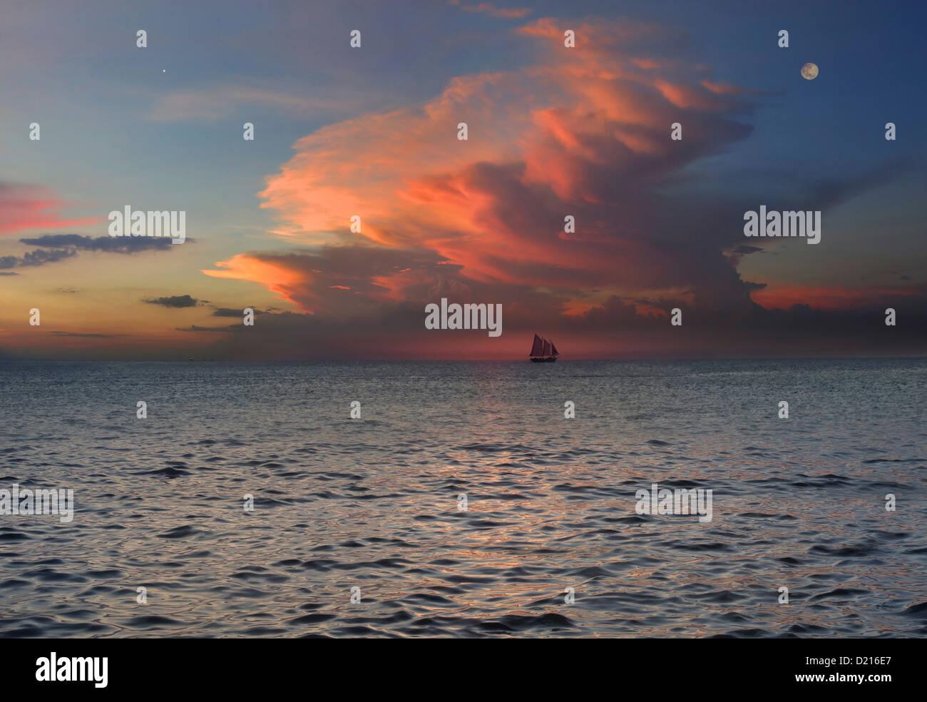 Ansicht der Schaluppe auf dem Horizont bei Sonnenuntergang, Boracay, Philippinen, Asien Stockbild