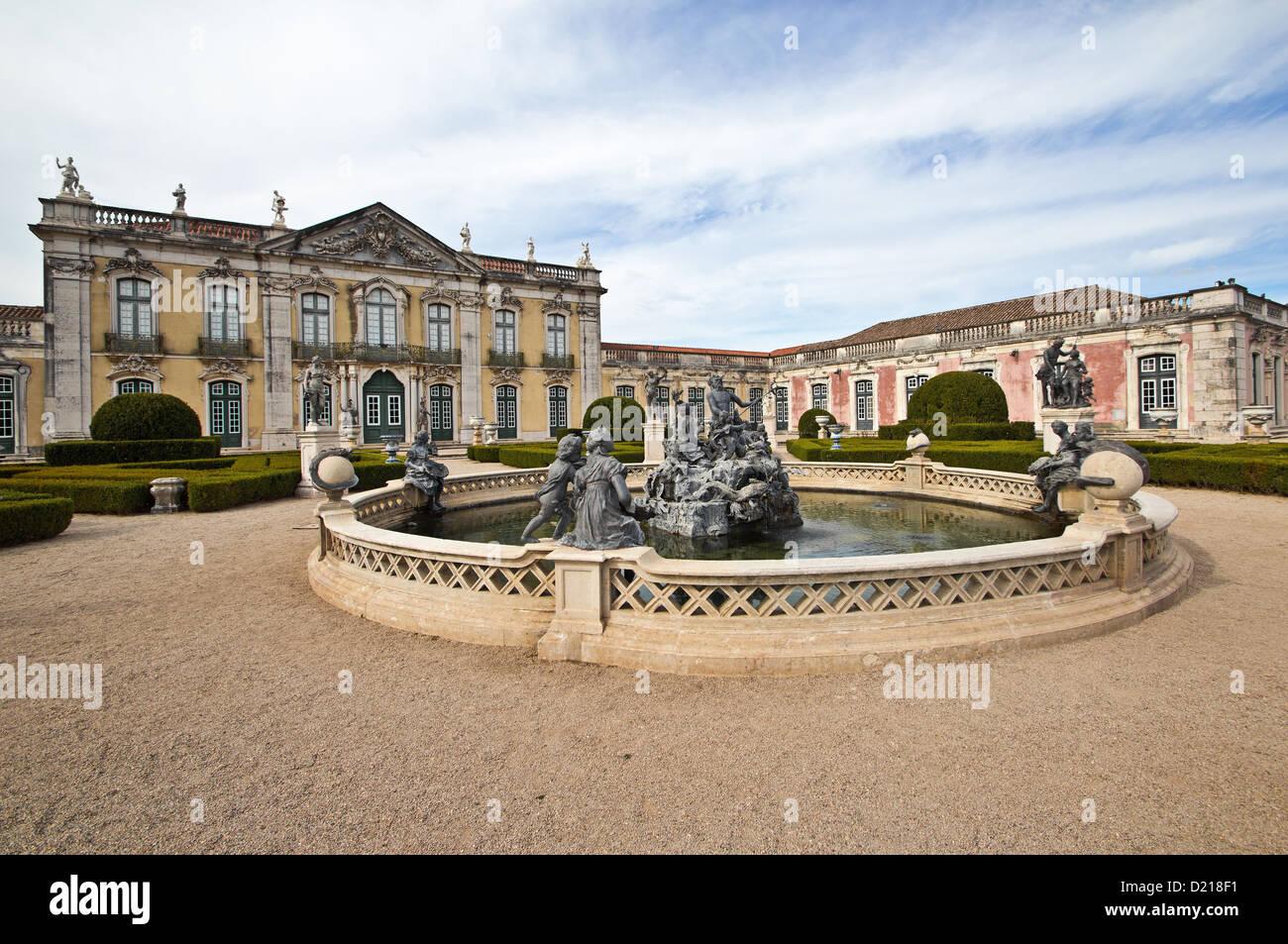 Zeremonielle Fassade und Neptunbrunnen, Queluz National Palace (Palacio Nacional de Queluz). Queluz, Portugal Stockfoto