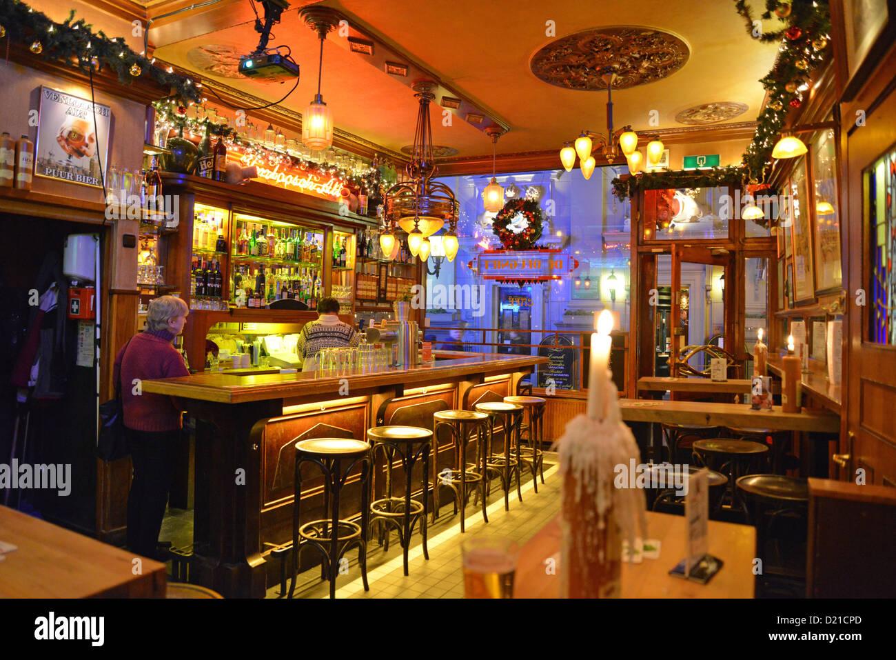 Brown Cafe Amsterdam Stockfotos & Brown Cafe Amsterdam Bilder - Alamy