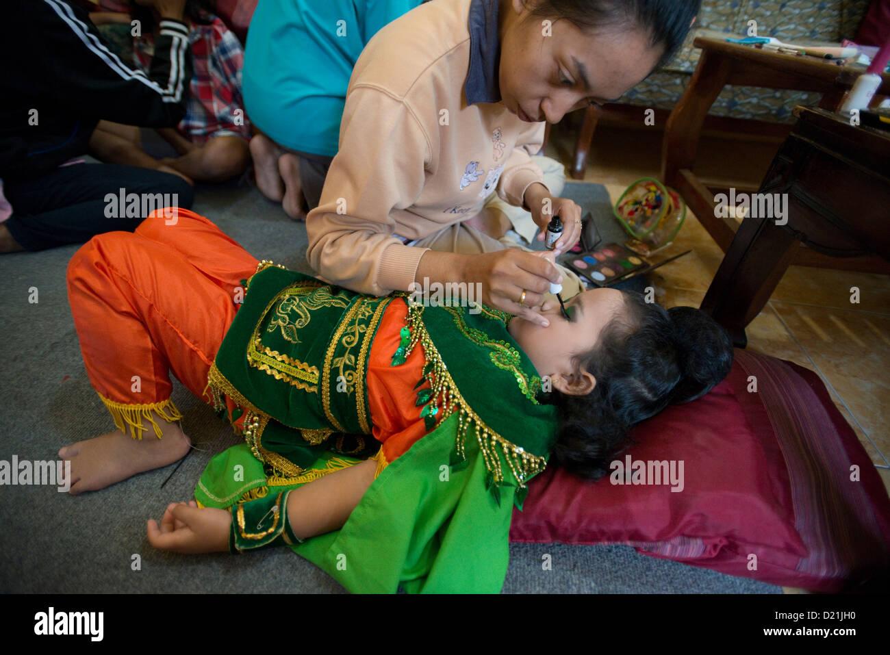 Child Wearing Makeup Stockfotos & Child Wearing Makeup Bilder - Alamy