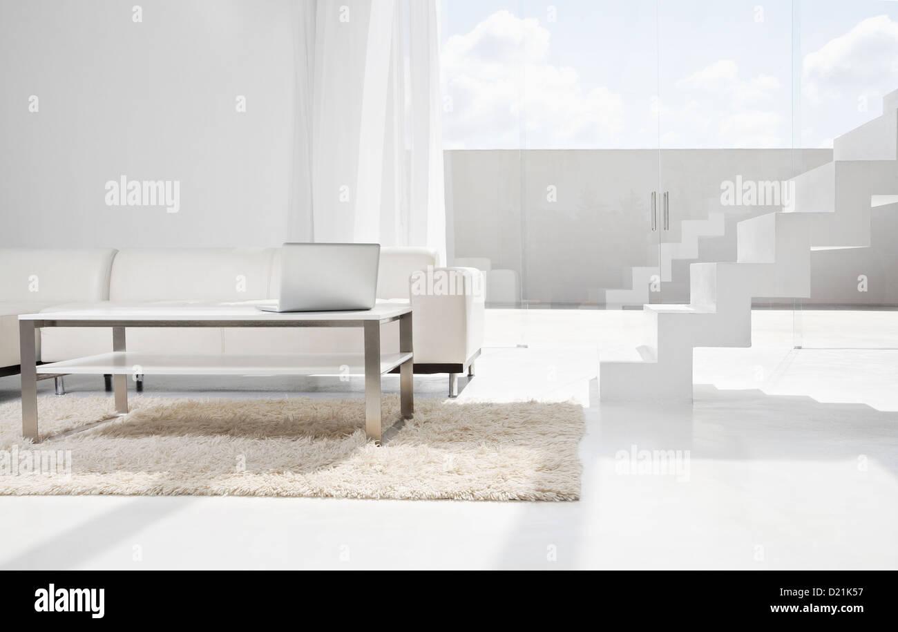 modernes wohnzimmer mit treppe : Spanien Modernes Wohnzimmer Mit Laptop Und Treppen Stockfoto