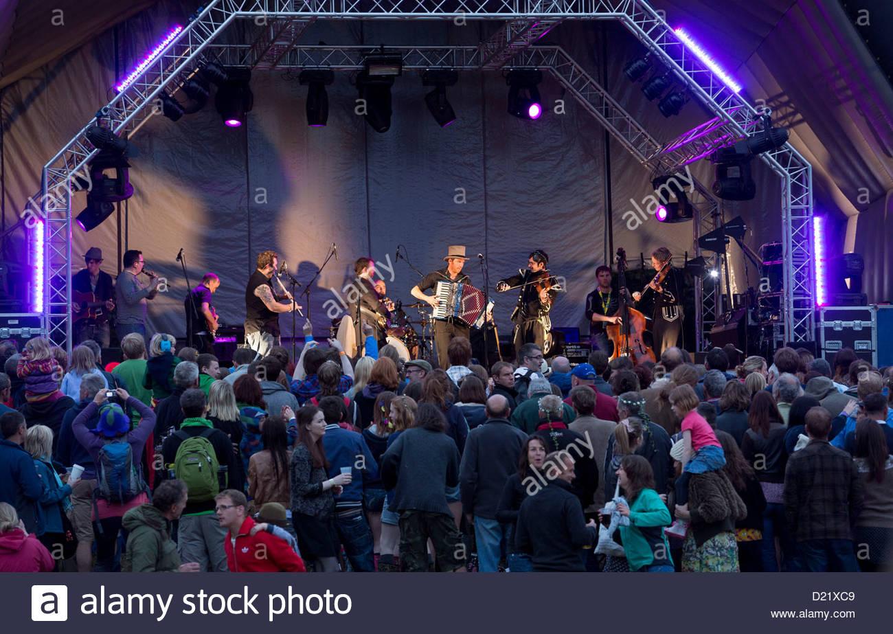 Treacherous Orchestra auf der Hauptbühne bei The Big Tent - Schottlands Environmental Festival statt in Falkland, Stockbild