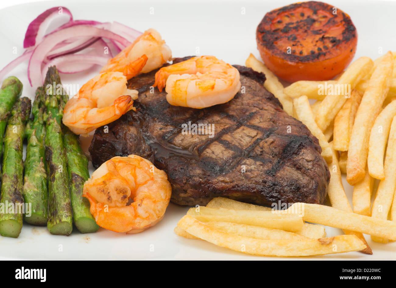 Surf And Turf-Rindfleisch-Steak-Dinner - geringe Schärfentiefe Stockbild