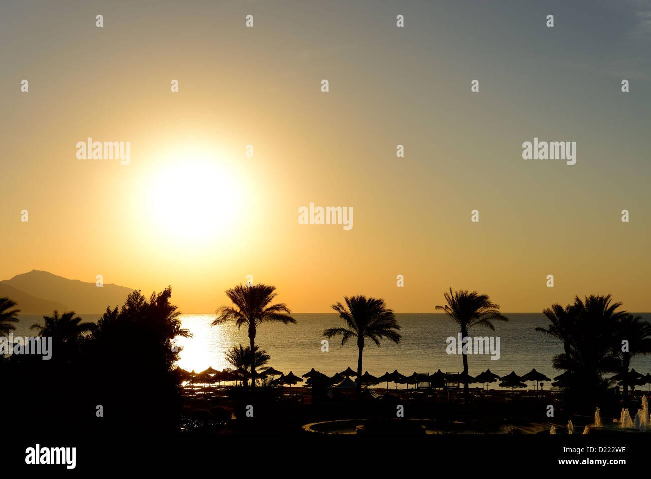 Sunrice und Strand mit Blick auf die Insel Tiran im Luxushotel, Sharm el Sheikh, Ägypten Stockbild
