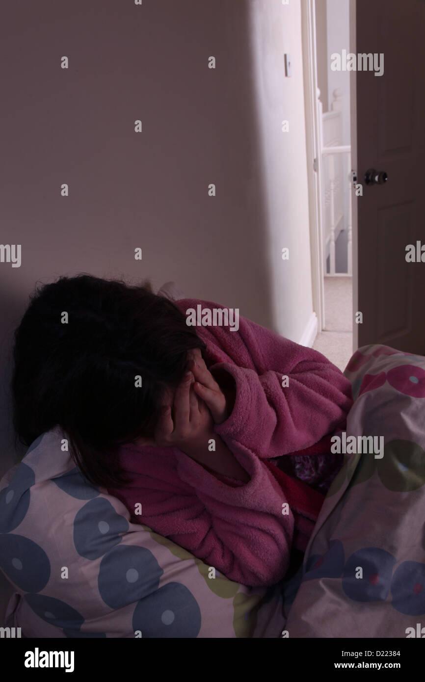 junge m dchen weint h nde f r ihre verborgene gesicht sank auf ihr bett stockfoto bild. Black Bedroom Furniture Sets. Home Design Ideas
