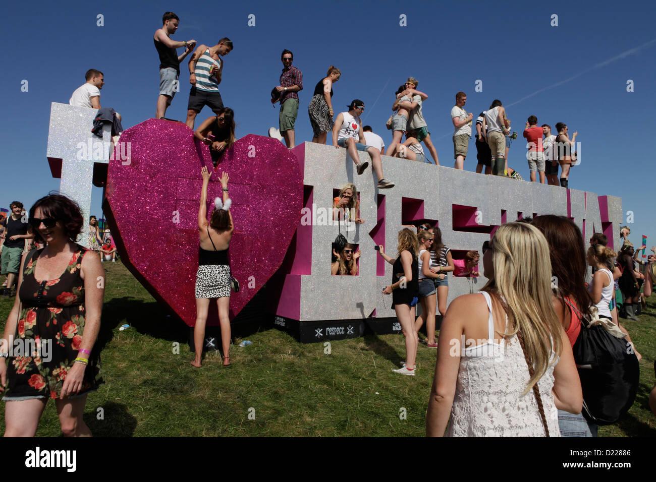 Das Bestival Schild mit Menschenmassen beim Bestival Festival, Insel der weißen, uk, September 2012. Stockfoto