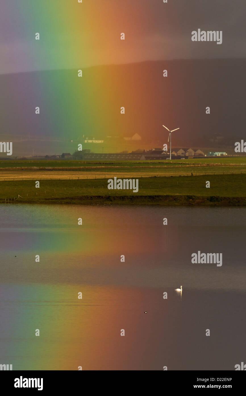 Regenbogen mit Windrad, Orkney Inseln Stockbild