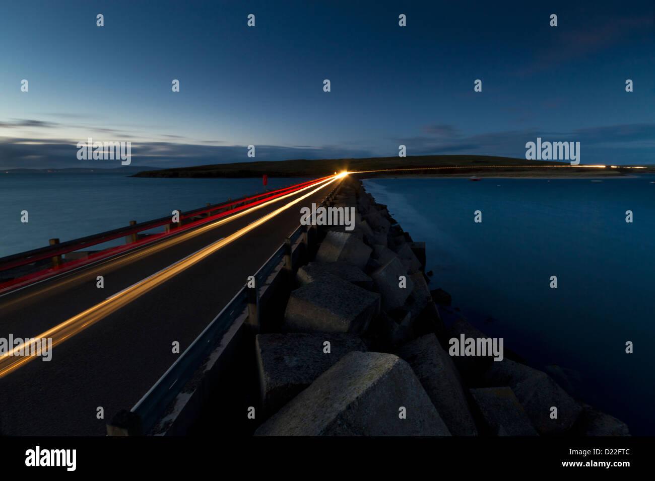 Lichtspuren auf Churchill Barriers, Orkney Inseln Stockbild