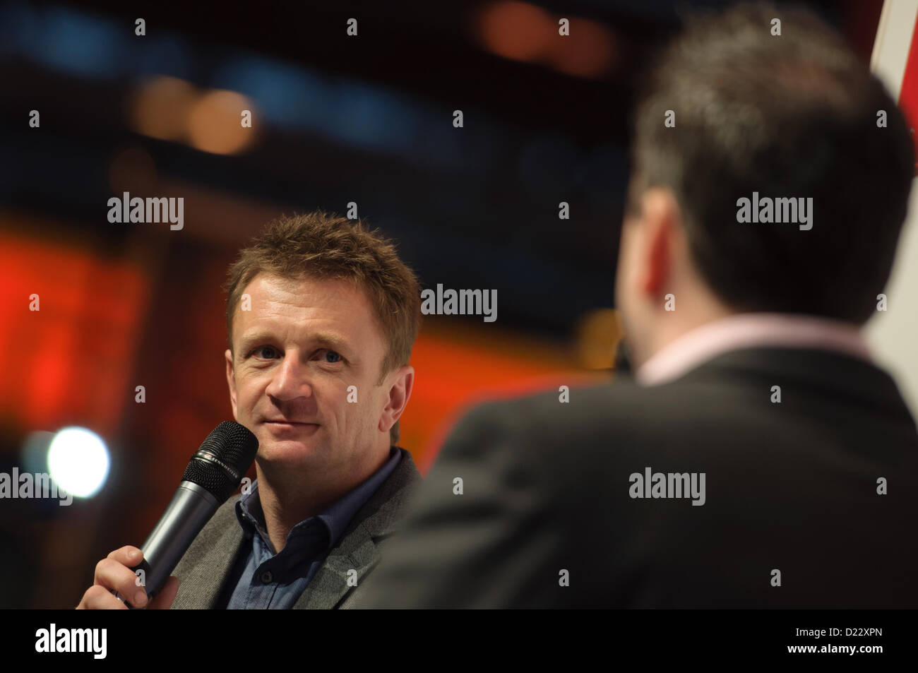 Birmingham NEC, UK, 12. Januar 2013.  Henry Hope-Frost (rechts) interviewt Fahrer Allan McNish (links) auf der Autosport Stockbild