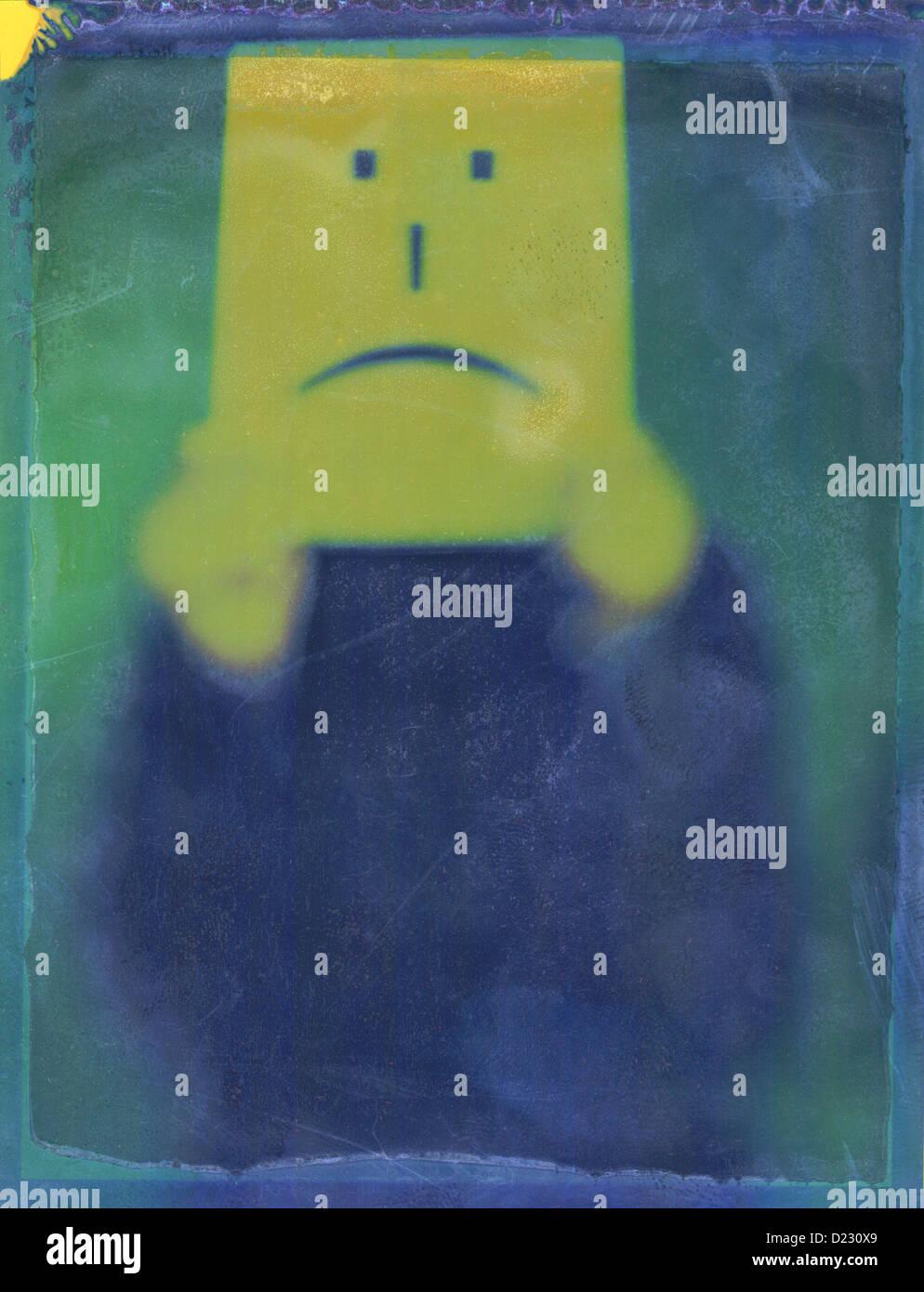 Eine Person hält ein Stirnrunzelnd Gesicht Schild. Polaroid negativen. © Mak Stockbild