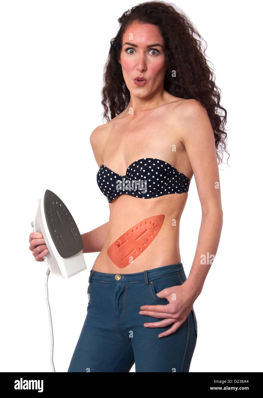 Frau landet mit einem brennen nach der Anwendung ein Bügeleisen, Bauch flach. Stockbild