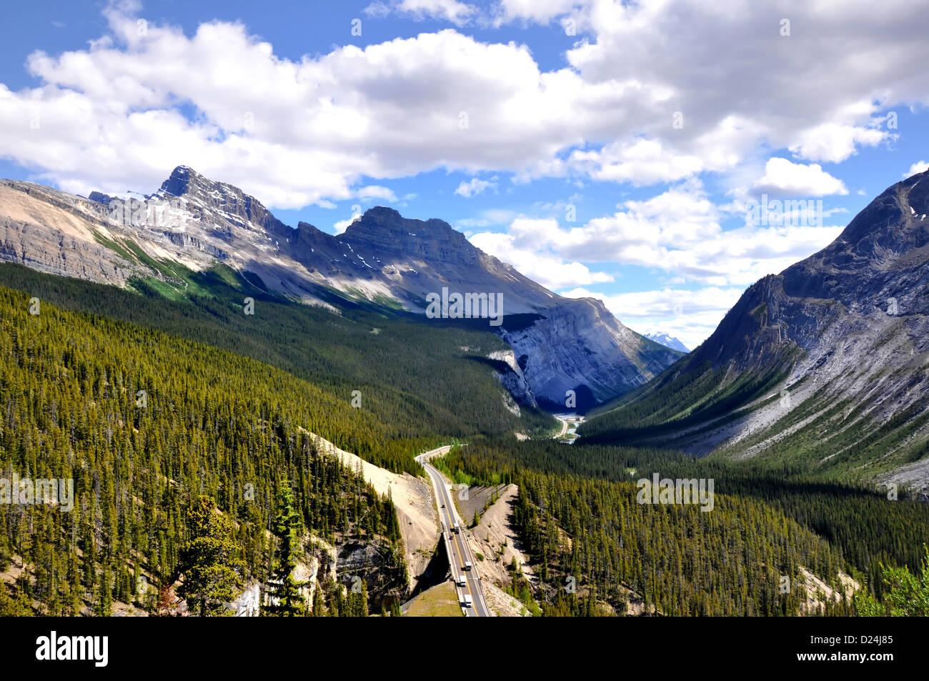 Panorama der Icefields Parkway zwischen den kanadischen Rocky Mountains Stockbild