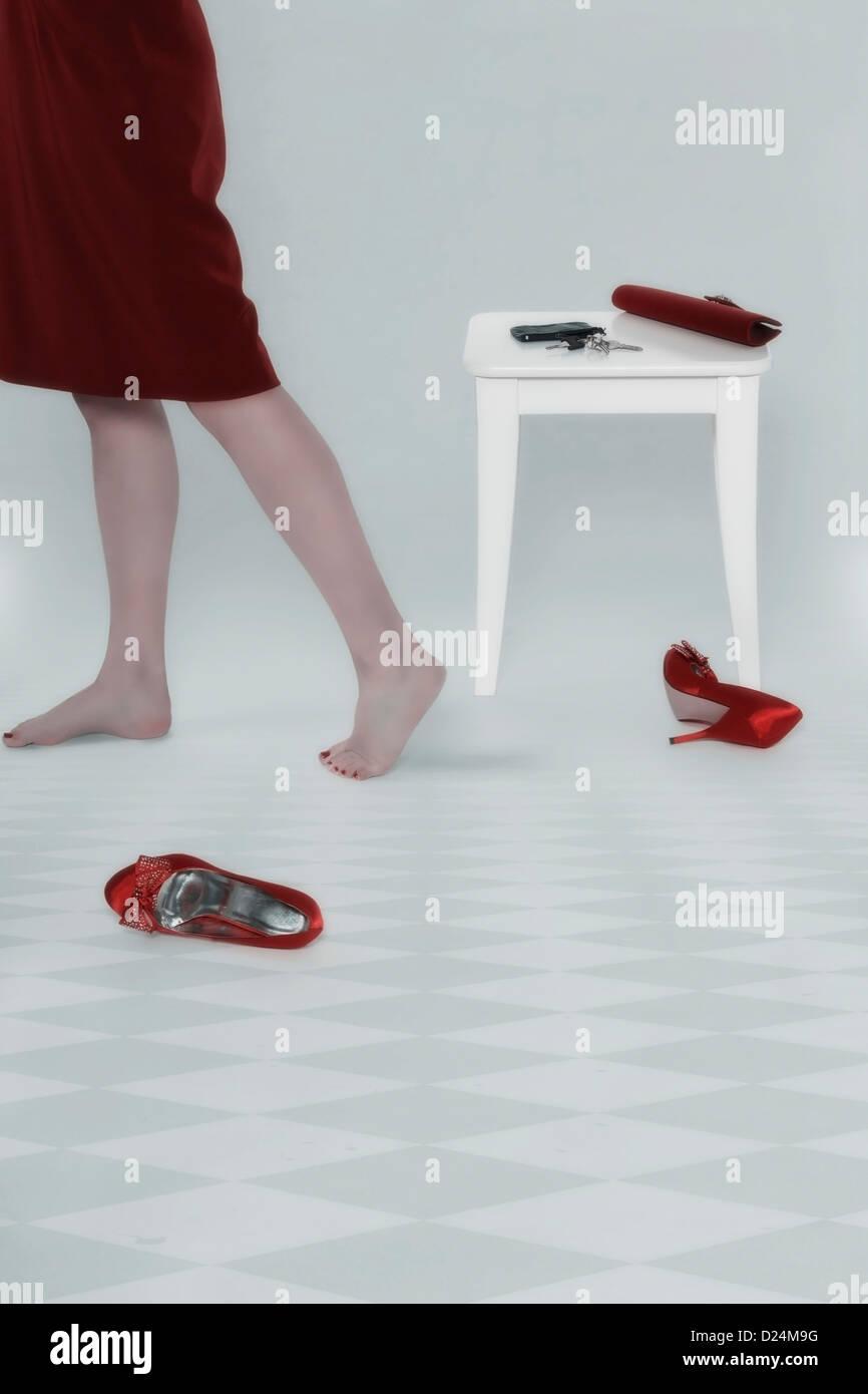 die Beine einer Frau und ihre accessoires Stockbild