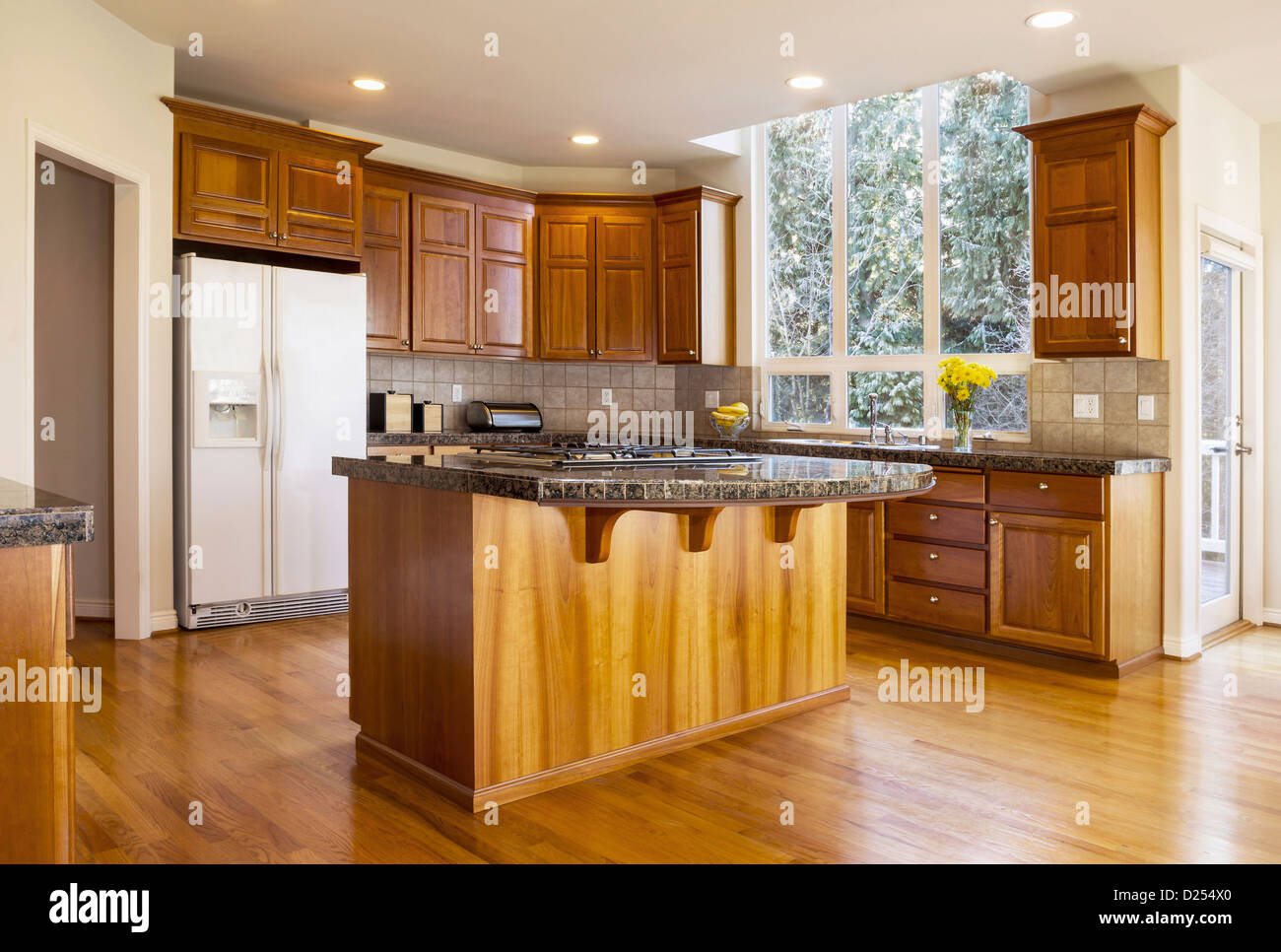 Modernen Tageslicht Küche Mit Rot Eiche Fußböden, Kirsche Holz Schränke,  Stein Gegen