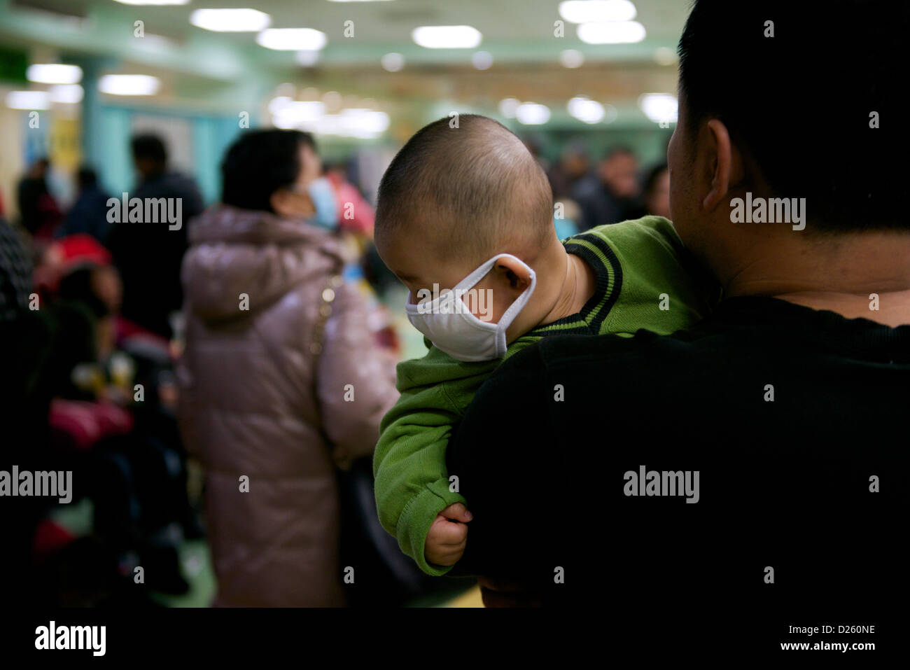 Kranke Kinder in Peking Kinderkrankenhaus. Anwohner stellen einen fünften Tag des schweren Smog in Peking. Stockbild