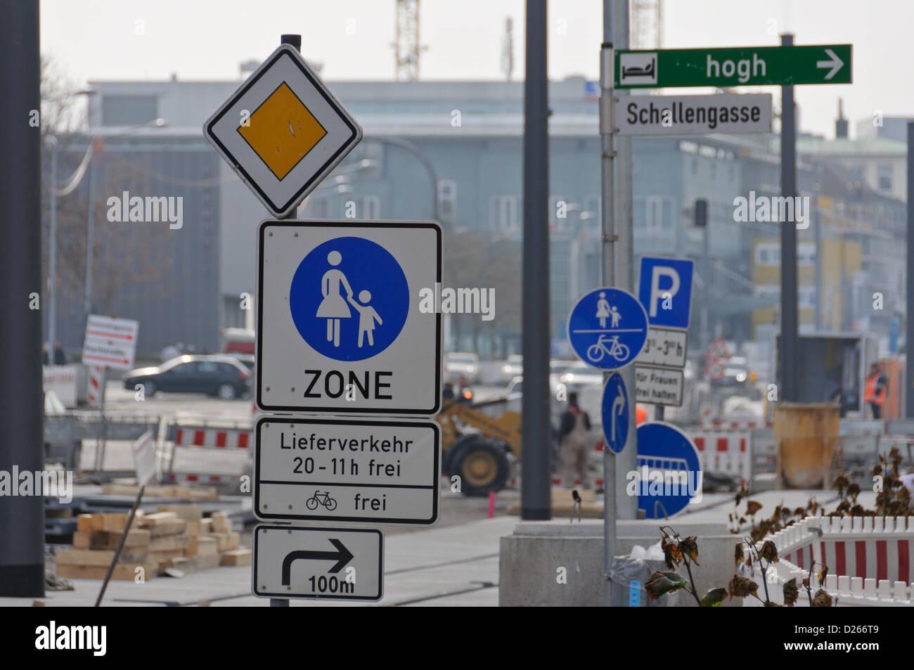 Wald von Verkehrszeichen an einer Straße Bau Zone ? Heilbronn, Süddeutschland Stockbild
