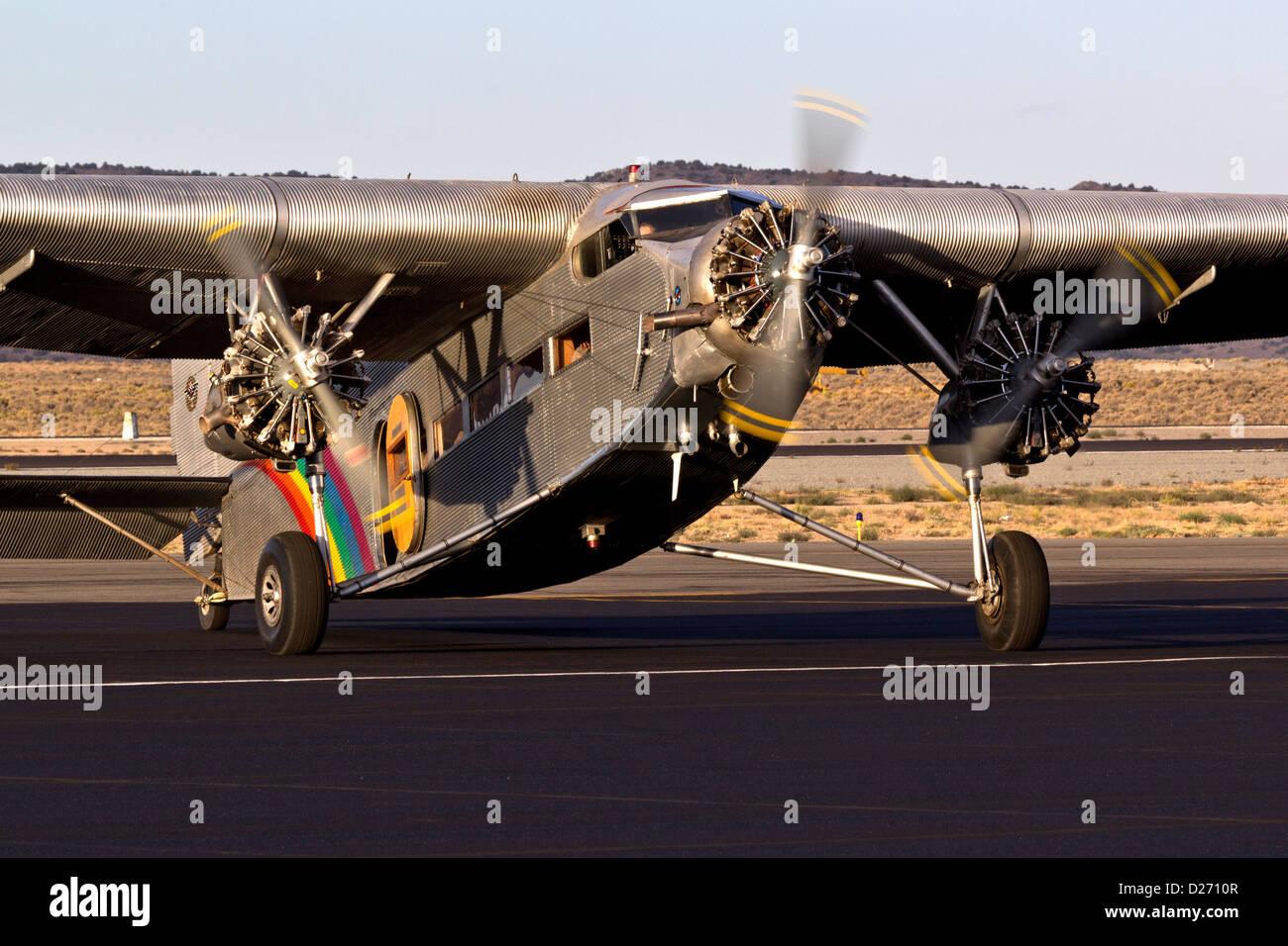 Ford Trimotor flugbereit. N414H diente seit 65 Jahren als ein Sightseeing-Flugzeug fliegt über den Grand Canyon. Stockbild
