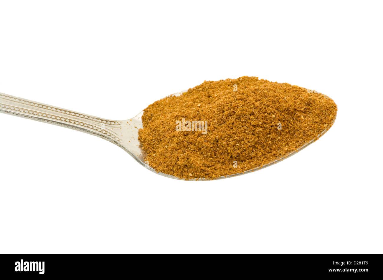 Einen Teelöffel gemischte Boden Spice vor einem weißen Hintergrund Stockbild