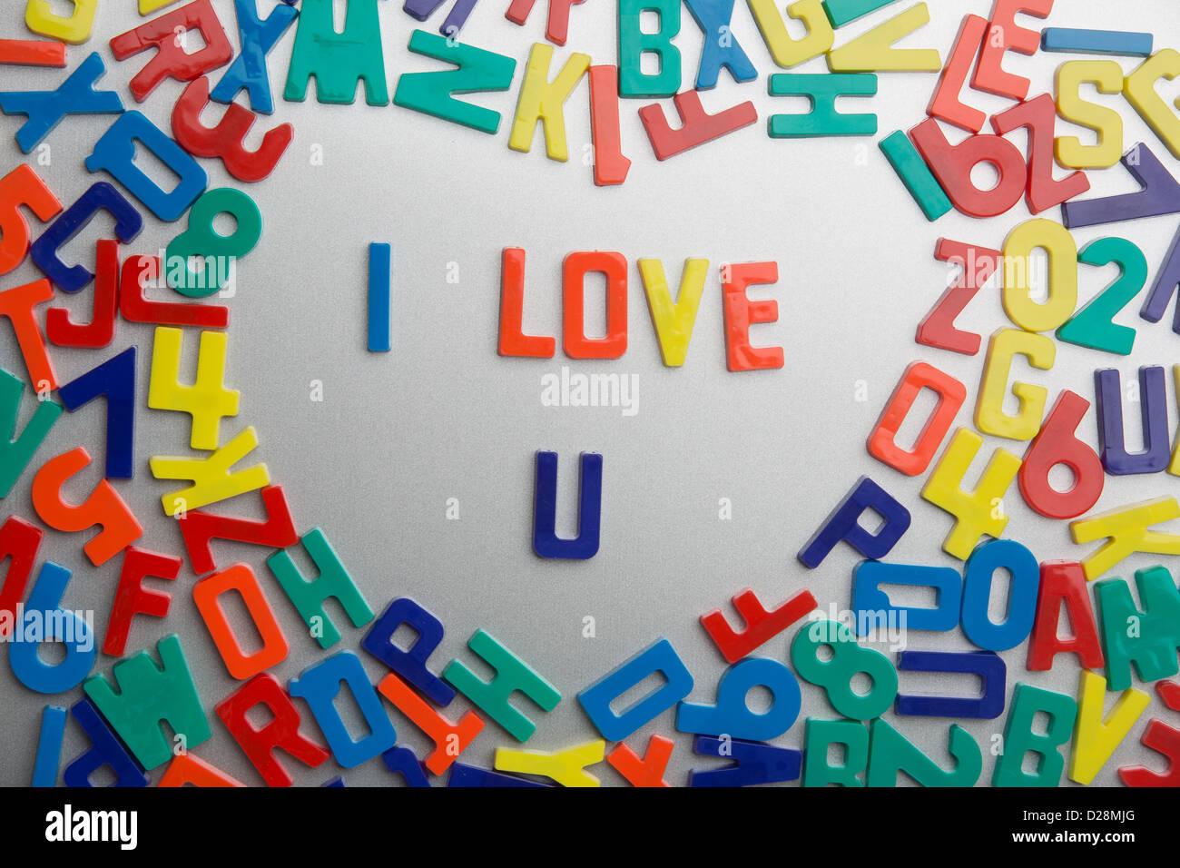 'I Love U' - Kühlschrankmagneten buchstabieren Nachrichten aus einem Durcheinander von Buchstaben Stockbild