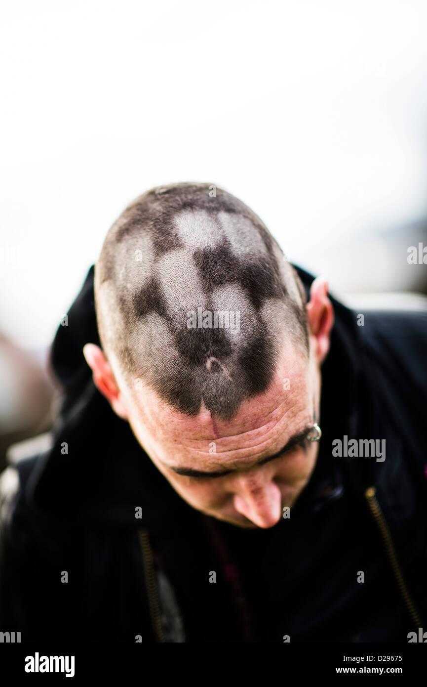 ein punk mann mit den haaren auf dem kopf rasiert in einem karierten kariertes schachbrett quadrate muster uk - Muster In Haare Rasieren