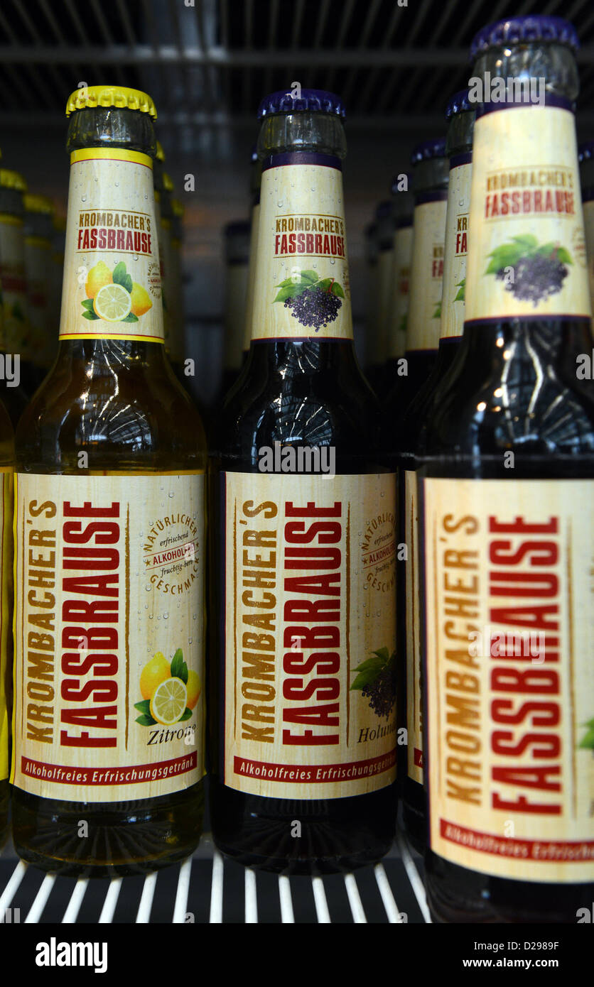 Bierflaschen mit Krombacher Fassbrause stehen in einem Kühlschrank ...